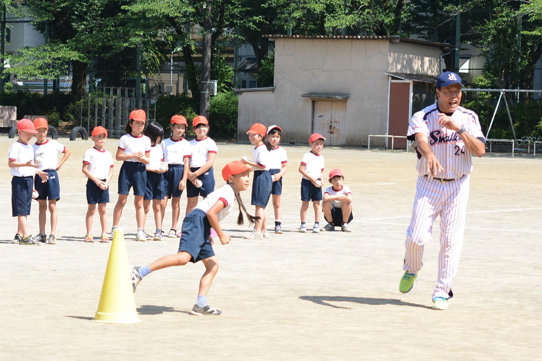 小学生がキャッチボールでチームプレーとコミュニケーションを学ぶ